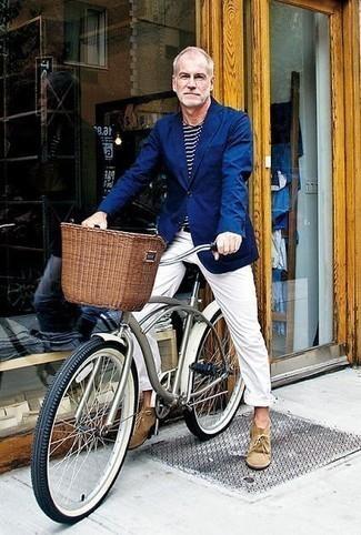 Unas botas safari de vestir con un pantalón chino blanco: Empareja un blazer azul junto a un pantalón chino blanco para crear un estilo informal elegante. Botas safari son una opción inigualable para complementar tu atuendo.