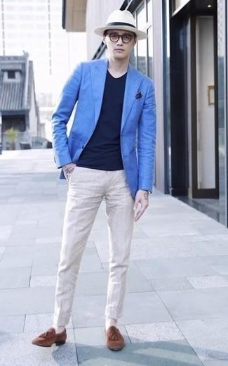 Un mocasín con borlas de vestir con un pantalón chino en beige: Si buscas un estilo adecuado y a la moda, equípate un blazer azul junto a un pantalón chino en beige. Dale un toque de elegancia a tu atuendo con un par de mocasín con borlas.