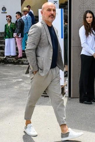Combinar un pantalón chino gris: Utiliza un blazer gris y un pantalón chino gris para lograr un look de vestir pero no muy formal. ¿Quieres elegir un zapato informal? Opta por un par de tenis de lona blancos para el día.