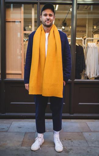 Combinar un blazer de lana azul marino: Intenta ponerse un blazer de lana azul marino y un pantalón chino azul marino para después del trabajo. Si no quieres vestir totalmente formal, completa tu atuendo con zapatillas altas de lona blancas.