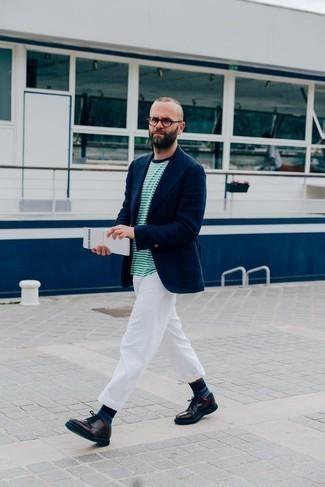 Combinar unos calcetines de rayas horizontales azul marino: Casa un blazer azul marino junto a unos calcetines de rayas horizontales azul marino transmitirán una vibra libre y relajada. Zapatos derby de cuero morado oscuro proporcionarán una estética clásica al conjunto.