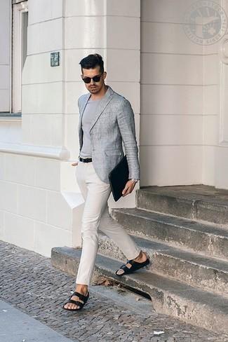 Combinar un blazer gris: Elige un blazer gris y un pantalón chino blanco para después del trabajo. ¿Quieres elegir un zapato informal? Elige un par de sandalias de cuero negras para el día.