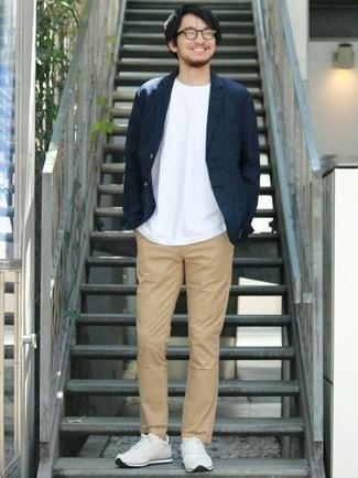 Combinar un blazer azul marino: Intenta ponerse un blazer azul marino y un pantalón chino marrón claro para después del trabajo. Si no quieres vestir totalmente formal, usa un par de deportivas en beige.
