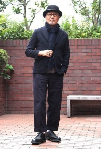 Combinar una bufanda azul marino: Emparejar un blazer azul marino junto a una bufanda azul marino es una opción inigualable para el fin de semana. Usa un par de zapatos brogue de cuero negros para mostrar tu inteligencia sartorial.