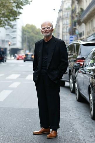 Moda para hombres de 60 años: Algo tan simple como emparejar un blazer azul marino junto a un pantalón chino negro puede distinguirte de la multitud. Mocasín de cuero marrón levantan al instante cualquier look simple.