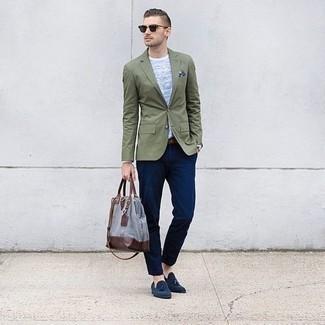 Combinar un mocasín con borlas de ante azul marino: Casa un blazer verde oliva junto a un pantalón chino azul marino para después del trabajo. Mocasín con borlas de ante azul marino son una forma sencilla de mejorar tu look.