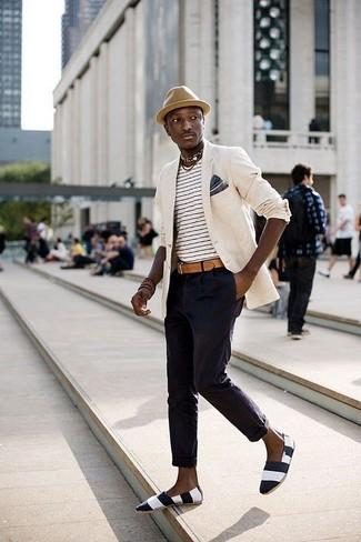 Cómo combinar: alpargatas de lona de rayas horizontales en negro y blanco, pantalón chino azul marino, camiseta con cuello circular de rayas horizontales en blanco y negro, blazer en beige