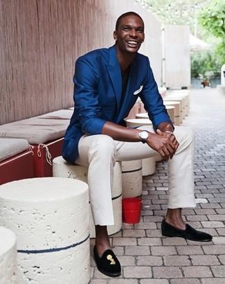 Look de moda: Mocasín de ante bordado negro, Pantalón chino blanco, Camiseta con cuello circular negra, Blazer azul