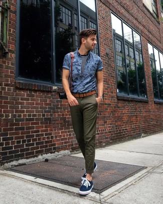Cómo combinar: tenis de lona azul marino, pantalón chino verde oliva, camiseta con cuello circular de rayas horizontales en azul marino y blanco, camisa de manga corta estampada azul