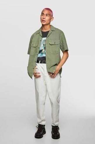 Combinar unas botas de trabajo de cuero negras: Empareja una camisa de manga corta verde oliva con un pantalón chino blanco para conseguir una apariencia relajada pero elegante. ¿Quieres elegir un zapato informal? Elige un par de botas de trabajo de cuero negras para el día.