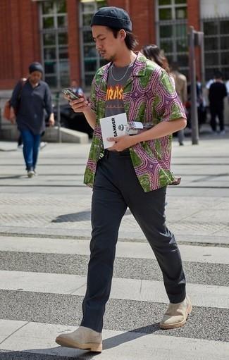 Combinar una camiseta con cuello circular estampada gris: Para un atuendo que esté lleno de caracter y personalidad intenta ponerse una camiseta con cuello circular estampada gris y un pantalón chino en gris oscuro. ¿Te sientes valiente? Usa un par de botines chelsea de ante en beige.