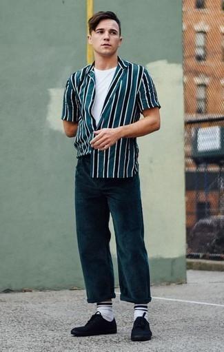 Combinar unos tenis de lona negros: Una camisa de manga corta de rayas verticales en verde azulado y un pantalón chino de pana en verde azulado son prendas que debes tener en tu armario. Tenis de lona negros son una opción buena para completar este atuendo.