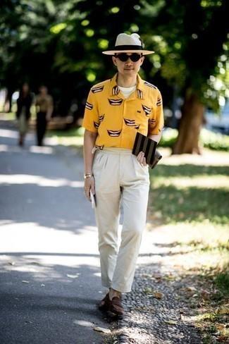Combinar un sombrero de paja en beige: Una camisa de manga corta estampada amarilla y un sombrero de paja en beige son una opción inigualable para el fin de semana. ¿Te sientes valiente? Opta por un par de mocasín de ante en marrón oscuro.