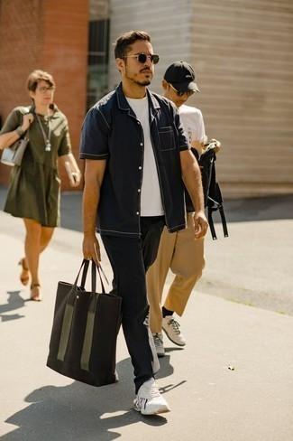 Combinar una bolsa tote de lona verde oscuro: Utiliza una camisa de manga corta azul marino y una bolsa tote de lona verde oscuro transmitirán una vibra libre y relajada. Deportivas blancas son una opción inmejorable para completar este atuendo.