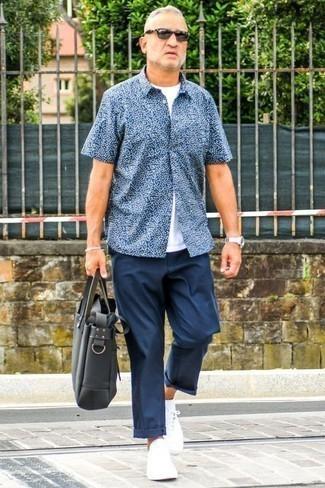 Outfits hombres: Intenta combinar una camisa de manga corta con print de flores azul marino con un pantalón chino azul marino para conseguir una apariencia relajada pero elegante. Tenis de lona blancos son una opción inigualable para completar este atuendo.