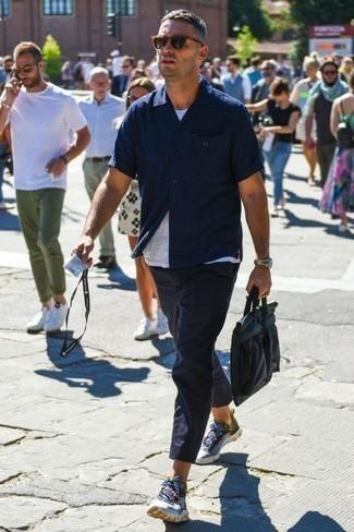 Combinar unas deportivas en multicolor: Haz de una camisa de manga corta azul marino y un pantalón chino azul marino tu atuendo para lidiar sin esfuerzo con lo que sea que te traiga el día. ¿Quieres elegir un zapato informal? Elige un par de deportivas en multicolor para el día.
