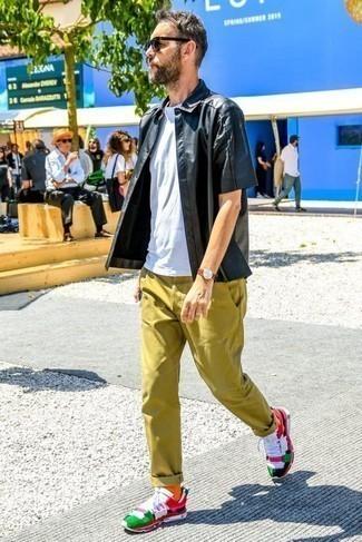 Combinar unas deportivas en multicolor: Elige una camisa de manga corta negra y un pantalón chino verde oliva para un look diario sin parecer demasiado arreglada. ¿Quieres elegir un zapato informal? Opta por un par de deportivas en multicolor para el día.