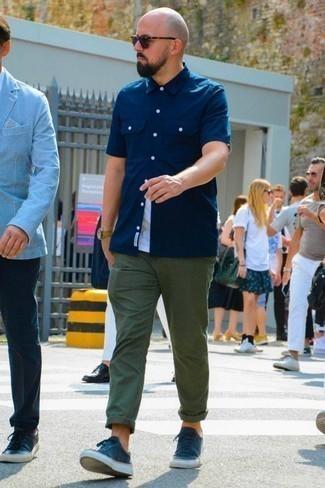 Combinar unos tenis de lona azul marino: Considera emparejar una camisa de manga corta azul marino con un pantalón chino verde oscuro para una apariencia fácil de vestir para todos los días. Tenis de lona azul marino son una opción perfecta para completar este atuendo.