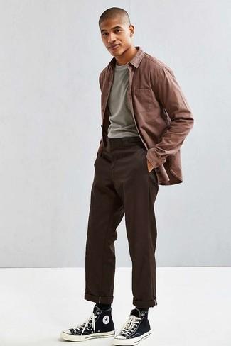 Combinar una camiseta: Usa una camiseta y un pantalón chino en marrón oscuro para una vestimenta cómoda que queda muy bien junta. Con el calzado, sé más clásico y opta por un par de zapatillas altas de lona en negro y blanco.