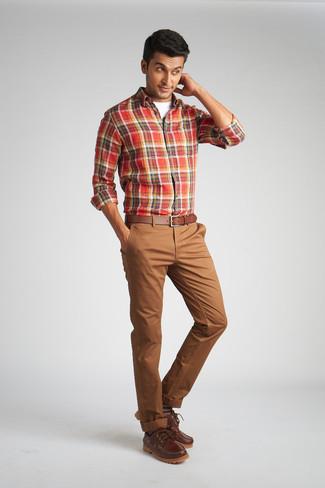 Combinar unos náuticos: Intenta ponerse una camisa de manga larga de tartán roja y un pantalón chino marrón para un almuerzo en domingo con amigos. Náuticos son una opción inmejorable para complementar tu atuendo.