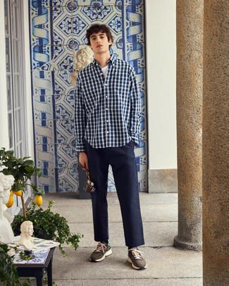 Combinar una camisa: Considera emparejar una camisa con un pantalón chino azul marino para una vestimenta cómoda que queda muy bien junta. Deportivas marrónes son una opción muy buena para complementar tu atuendo.