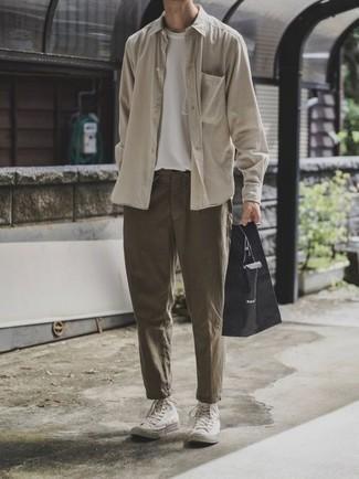 Combinar una camiseta con cuello circular blanca: Elige una camiseta con cuello circular blanca y un pantalón chino verde oliva para una vestimenta cómoda que queda muy bien junta. Si no quieres vestir totalmente formal, usa un par de zapatillas altas de lona blancas.