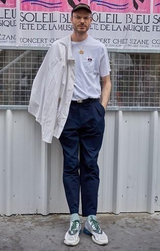 Combinar un pantalón chino azul marino: Utiliza una camisa de manga larga blanca y un pantalón chino azul marino para una vestimenta cómoda que queda muy bien junta. Si no quieres vestir totalmente formal, completa tu atuendo con deportivas grises.