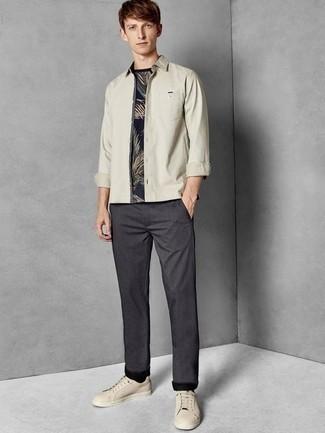 Combinar una camisa de manga larga en beige: Empareja una camisa de manga larga en beige junto a un pantalón chino en gris oscuro para una vestimenta cómoda que queda muy bien junta. Si no quieres vestir totalmente formal, opta por un par de tenis de cuero en beige.