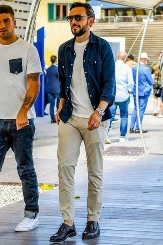 Outfits hombres: Ponte una camisa de manga larga de cambray azul marino y un pantalón chino en beige para un look diario sin parecer demasiado arreglada. Opta por un par de zapatos derby de cuero negros para mostrar tu inteligencia sartorial.