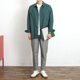 Combinar unos tenis de lona blancos: Elige una camisa de manga larga en verde azulado y un pantalón chino gris para conseguir una apariencia relajada pero elegante. ¿Te sientes valiente? Completa tu atuendo con tenis de lona blancos.