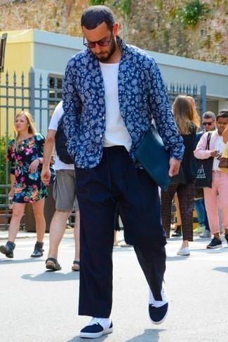 Combinar unas gafas de sol burdeos: Emparejar una camisa de manga larga de paisley azul con unas gafas de sol burdeos es una opción perfecta para el fin de semana. ¿Te sientes ingenioso? Dale el toque final a tu atuendo con zapatillas altas de lona en azul marino y blanco.