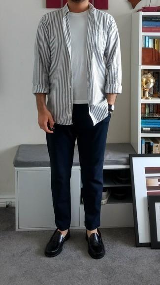 Combinar un mocasín de cuero negro: La versatilidad de una camisa de manga larga de rayas verticales blanca y un pantalón chino azul marino los hace prendas en las que vale la pena invertir. Con el calzado, sé más clásico y elige un par de mocasín de cuero negro.