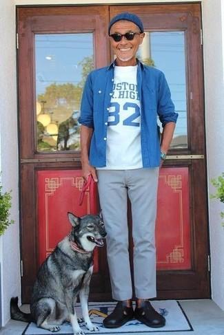 Cómo combinar: sandalias de cuero negras, pantalón chino gris, camiseta con cuello circular estampada en blanco y azul, camisa vaquera azul