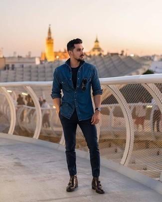 Combinar unos botines chelsea de cuero en marrón oscuro: Opta por una camisa vaquera azul y un pantalón chino azul marino para conseguir una apariencia relajada pero elegante. Haz botines chelsea de cuero en marrón oscuro tu calzado para mostrar tu inteligencia sartorial.