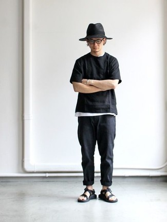Combinar un sombrero de lana en gris oscuro: Para un atuendo tan cómodo como tu sillón empareja una camiseta con cuello circular negra con un sombrero de lana en gris oscuro. ¿Te sientes valiente? Completa tu atuendo con sandalias de lona negras.