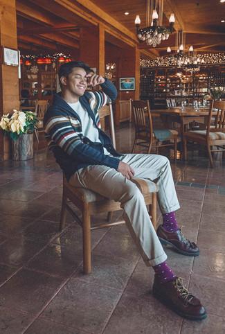 Cómo combinar: zapatos derby de cuero en marrón oscuro, pantalón chino en beige, camiseta con cuello circular blanca, cárdigan con cuello chal de rayas horizontales en azul marino y blanco