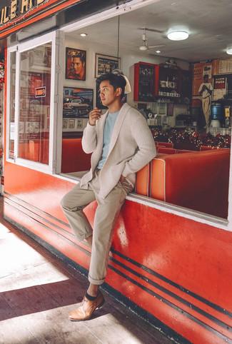 Combinar un cárdigan con cuello chal en beige: Si buscas un look en tendencia pero clásico, equípate un cárdigan con cuello chal en beige con un pantalón chino en beige. ¿Te sientes valiente? Opta por un par de zapatos derby de cuero marrón claro.