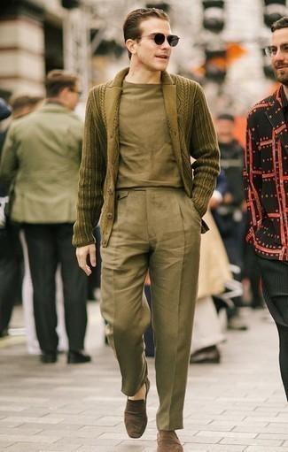 Combinar un cárdigan con cuello chal con un pantalón chino: Opta por un cárdigan con cuello chal y un pantalón chino para las 8 horas. Opta por un par de mocasín de ante marrón para mostrar tu inteligencia sartorial.