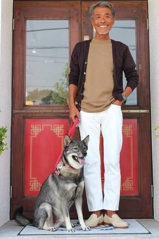 Combinar un mocasín de ante en beige: Intenta combinar un cárdigan en marrón oscuro con un pantalón chino blanco para conseguir una apariencia relajada pero elegante. Haz mocasín de ante en beige tu calzado para mostrar tu inteligencia sartorial.