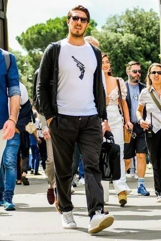 Combinar una pulsera con cuentas amarilla: Equípate un cárdigan en gris oscuro junto a una pulsera con cuentas amarilla para un look agradable de fin de semana. Con el calzado, sé más clásico y opta por un par de tenis de cuero blancos.