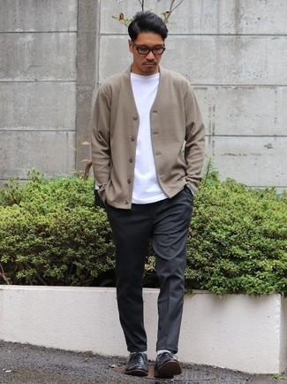 Combinar una camiseta con cuello circular blanca: Utiliza una camiseta con cuello circular blanca y un pantalón chino en gris oscuro para cualquier sorpresa que haya en el día. Zapatos oxford de cuero negros añaden la elegancia necesaria ya que, de otra forma, es un look simple.