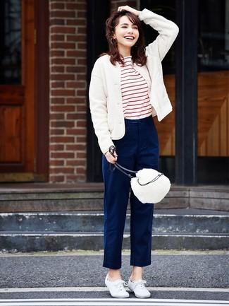 Cómo combinar: tenis de lona blancos, pantalón chino azul marino, camiseta con cuello circular de rayas horizontales en blanco y rojo, cazadora de aviador de lana blanca