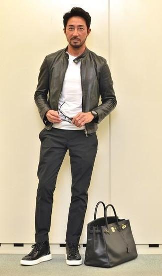 Cómo combinar: zapatillas altas de cuero negras, pantalón chino negro, camiseta con cuello circular blanca, cazadora de aviador de cuero negra