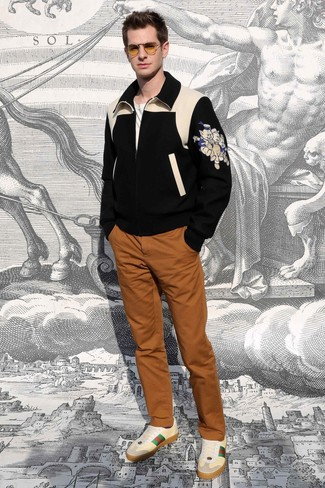 Cómo combinar: tenis de cuero en beige, pantalón chino en tabaco, camiseta con cuello circular blanca, cazadora de aviador de lana estampada negra