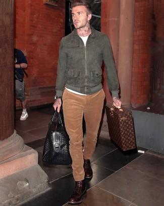 Cómo combinar: botas casual de cuero en marrón oscuro, pantalón chino de pana en tabaco, camiseta con cuello circular blanca, cazadora de aviador de ante en gris oscuro