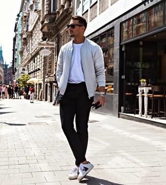Combinar una cazadora de aviador gris: Ponte una cazadora de aviador gris y un pantalón chino negro para lidiar sin esfuerzo con lo que sea que te traiga el día. Para darle un toque relax a tu outfit utiliza tenis de cuero estampados blancos.