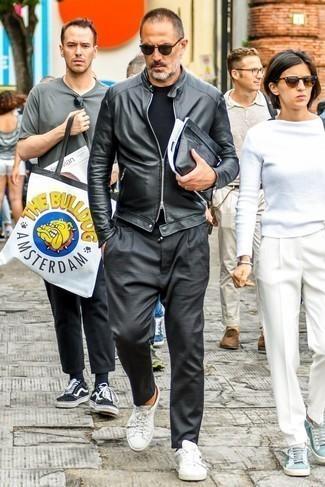 Combinar un pantalón chino en gris oscuro: Haz de una cazadora de aviador de cuero negra y un pantalón chino en gris oscuro tu atuendo para un look diario sin parecer demasiado arreglada. ¿Quieres elegir un zapato informal? Opta por un par de tenis de cuero blancos para el día.