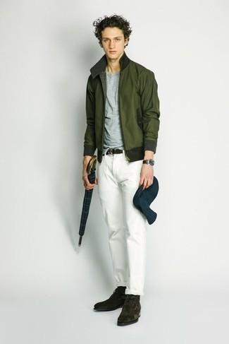 Unas botas safari de vestir con un pantalón chino blanco: Considera ponerse una cazadora de aviador verde oscuro y un pantalón chino blanco para una apariencia fácil de vestir para todos los días. Botas safari son una opción inmejorable para completar este atuendo.