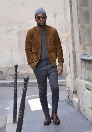 Combinar una cazadora de aviador de ante marrón: Ponte una cazadora de aviador de ante marrón y un pantalón chino en gris oscuro para un look diario sin parecer demasiado arreglada. Con el calzado, sé más clásico y elige un par de botas casual de cuero en marrón oscuro.