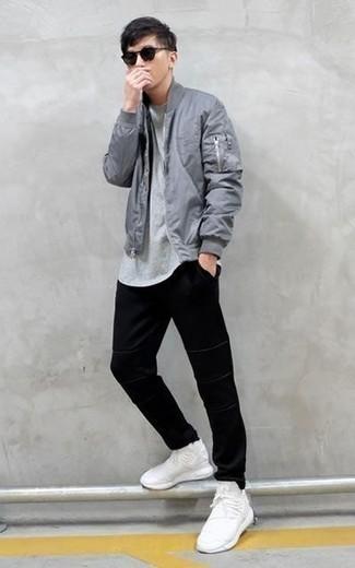 Combinar una cazadora de aviador gris: Opta por una cazadora de aviador gris y un pantalón chino negro para conseguir una apariencia relajada pero elegante. ¿Quieres elegir un zapato informal? Usa un par de deportivas blancas para el día.